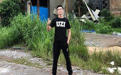 演员吴磊穿Uzi印花T恤支持RNG 微博配文等一场金色雨